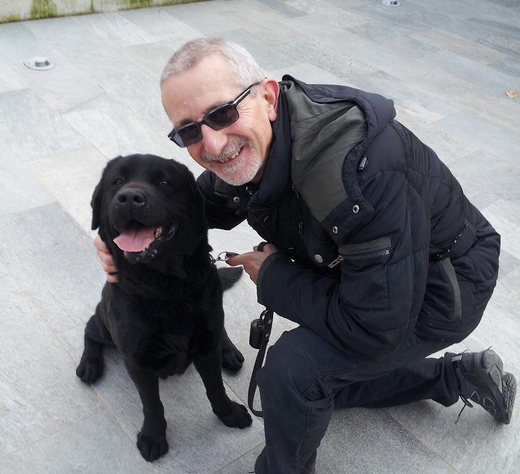 Sergio volontario con cane guida