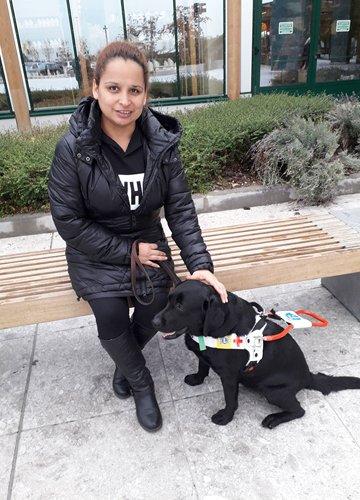 Mariela con il suo cane guida Farinata