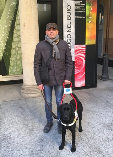 Cristian con il suo cane guida Blu