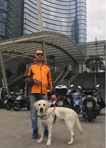 Ferruccio e il suo cane guida Uzi