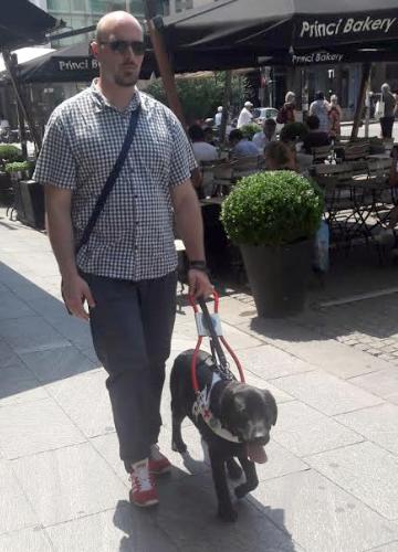 Dorindo con il suo cane guida Phad
