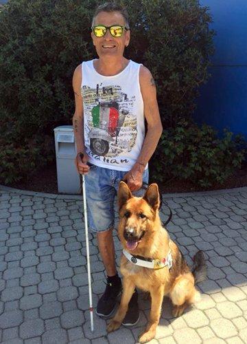Markus con il suo cane guida Sissi